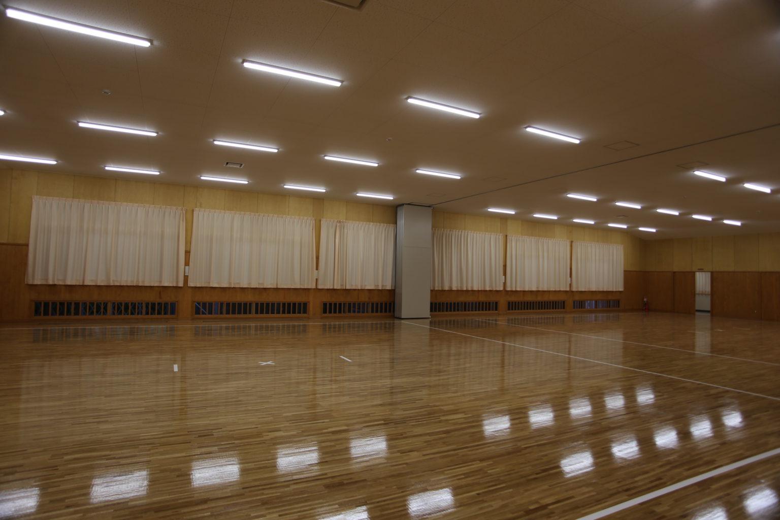 武道場:中央を壁で仕切ることができる構造になっています。